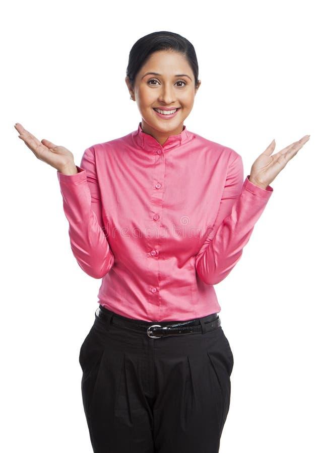 Mulher de negócios que gesticula e que sorri foto de stock