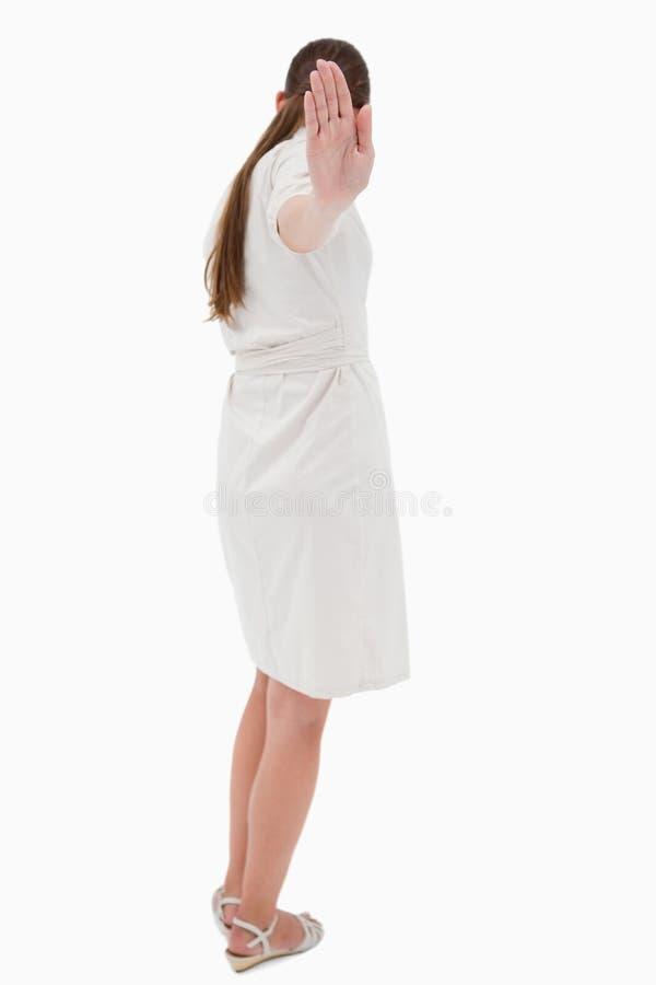 Mulher de negócios que gira a para trás ao assinar o batente imagem de stock