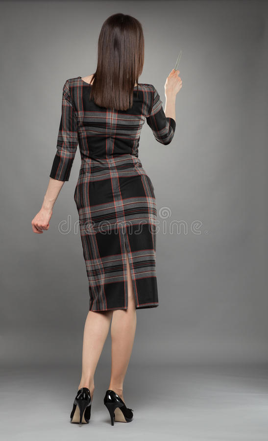 Mulher de negócios que gira para trás e que indica a algo fotografia de stock