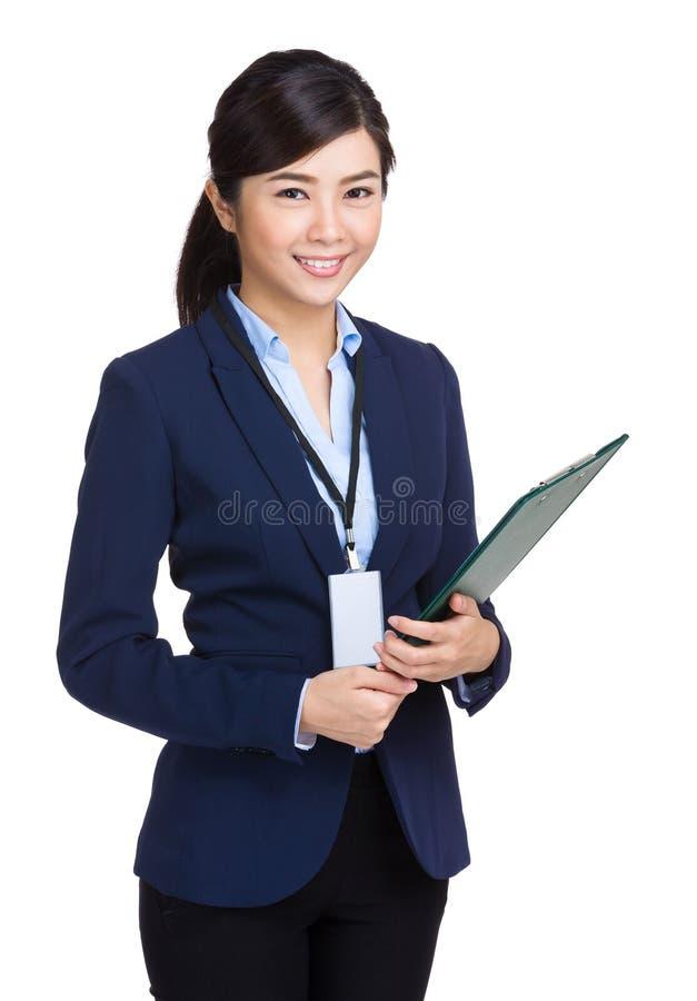 Mulher de negócios que guarda com prancheta foto de stock