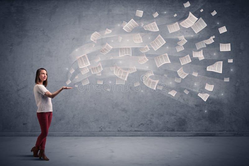 Mulher de negócios que guarda jornais fotografia de stock