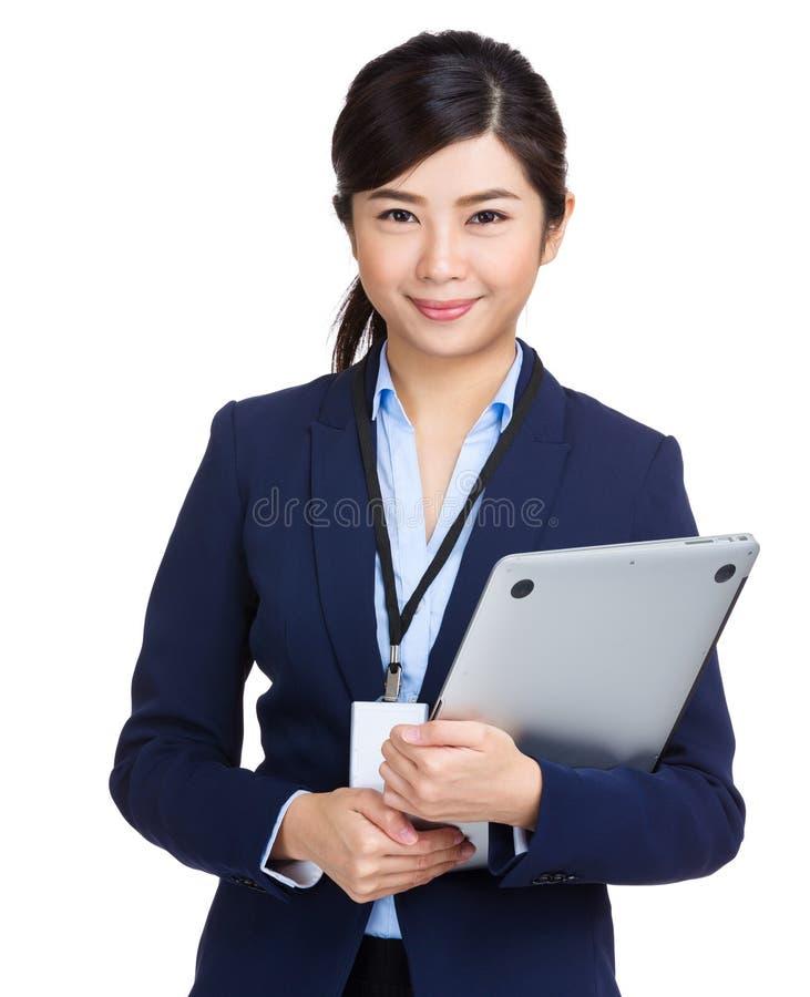 Mulher de negócios que guarda o laptop fotografia de stock