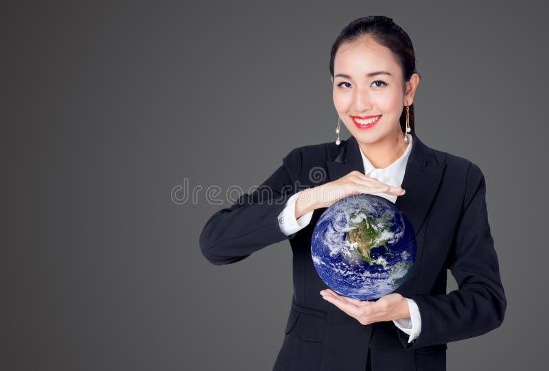 Mulher de negócios que guarda o mundo na palma da mão o conceito para o negócio global imagem de stock