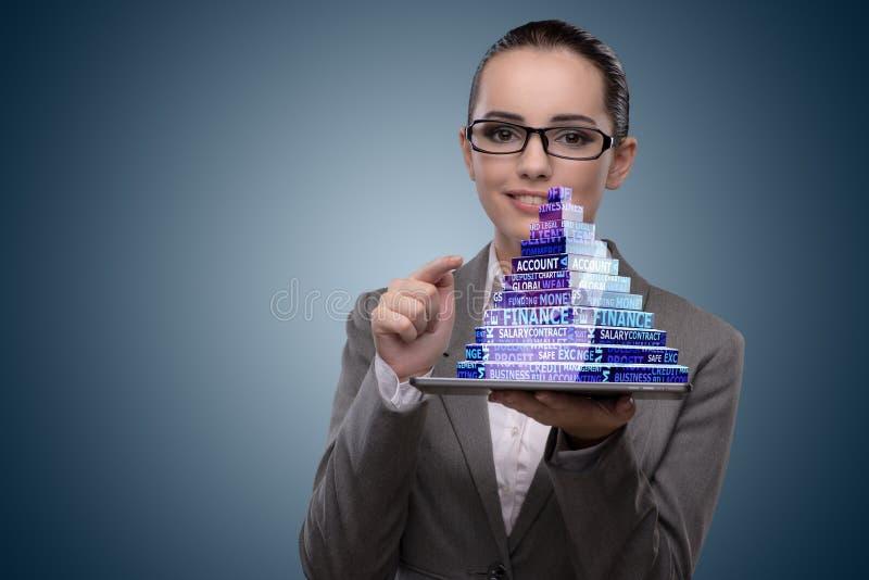 A mulher de negócios que guarda a pirâmide no conceito do negócio fotos de stock