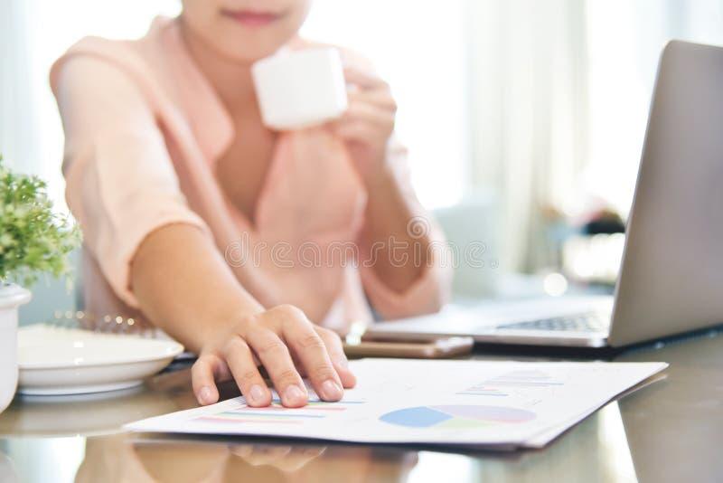 Mulher de negócios que guarda sobre gráficos e diagrama de carta docum do negócio imagem de stock