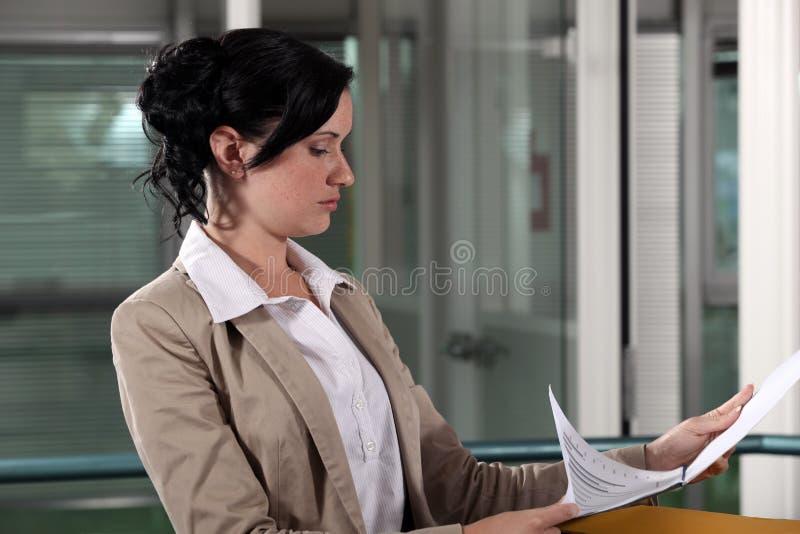 Mulher de negócios que lê um original imagem de stock royalty free