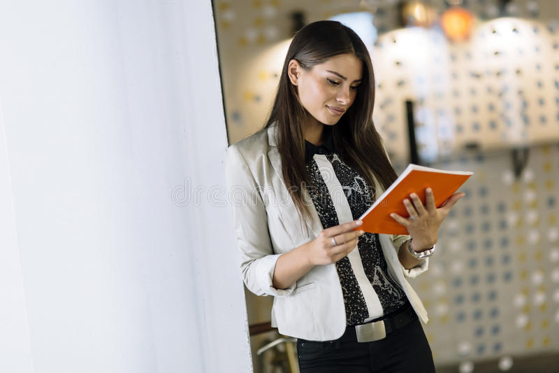Mulher de negócios que lê um original fotos de stock royalty free