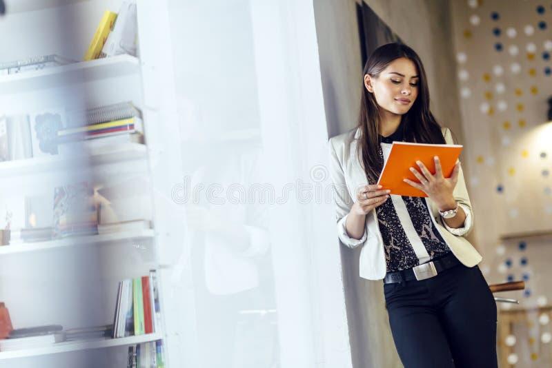 Mulher de negócios que lê um original imagem de stock