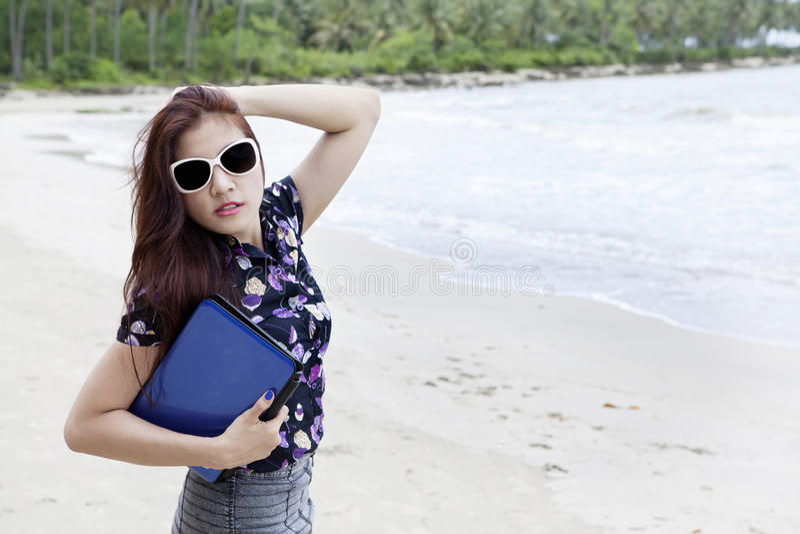 Mulher de negócios que levanta na praia imagem de stock royalty free