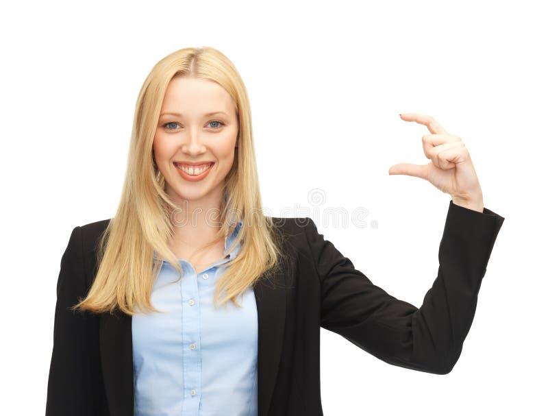 Mulher de negócios que mantém algo imaginário imagem de stock