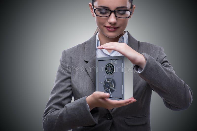A mulher de negócios que mantém o metal seguro no conceito da segurança imagem de stock royalty free