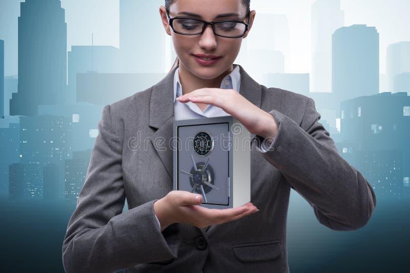 A mulher de negócios que mantém o metal seguro no conceito da segurança foto de stock royalty free