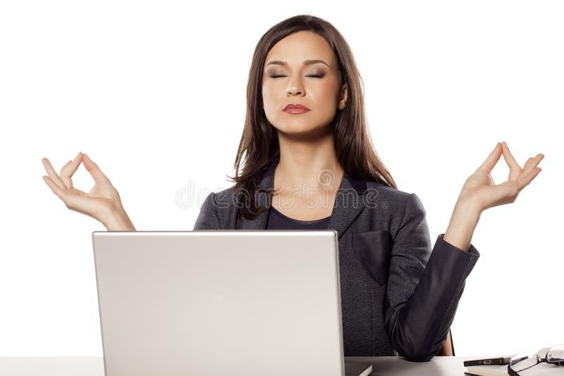 Mulher de negócios que Meditating imagem de stock royalty free