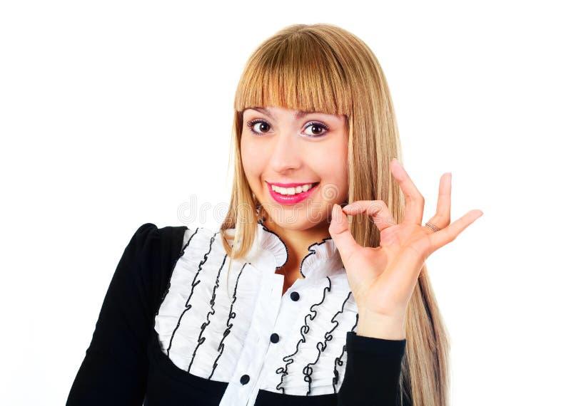 Mulher de negócios que mostra ESTÁ BEM