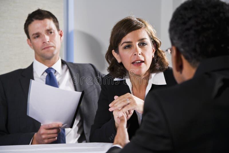 Mulher de negócios que negocia com os homens foto de stock royalty free