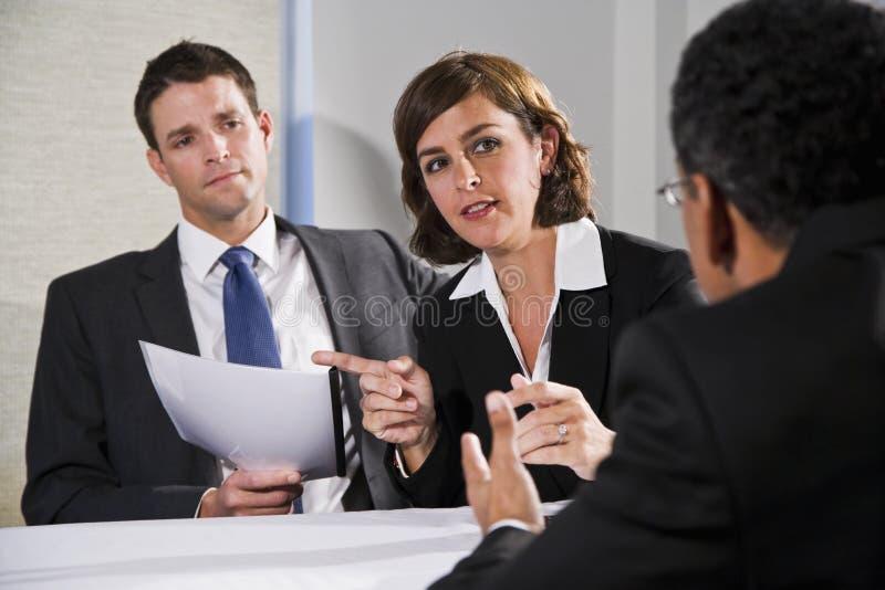 Mulher de negócios que negocia com os homens imagens de stock royalty free