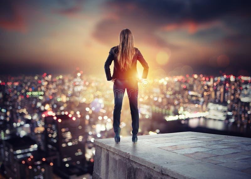 Mulher de negócios que olha ao futuro para a oportunidade de negócio nova foto de stock royalty free