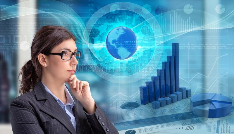 Mulher de negócios que olha cartas globais dos dados financeiros imagens de stock royalty free
