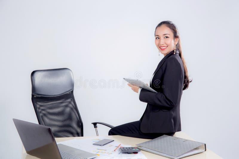 mulher de negócios que olha a tabuleta com a tabela de assento no escritório imagem de stock royalty free