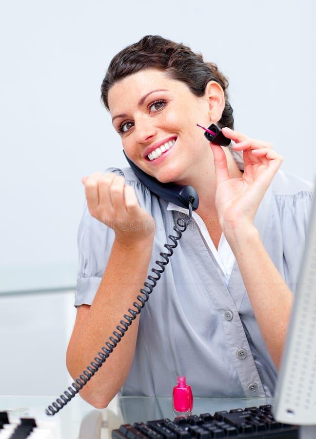 Download Mulher De Negócios Que Pinta Seus Pregos Ao Chamar Imagem de Stock - Imagem de moderno, anunciar: 12813717