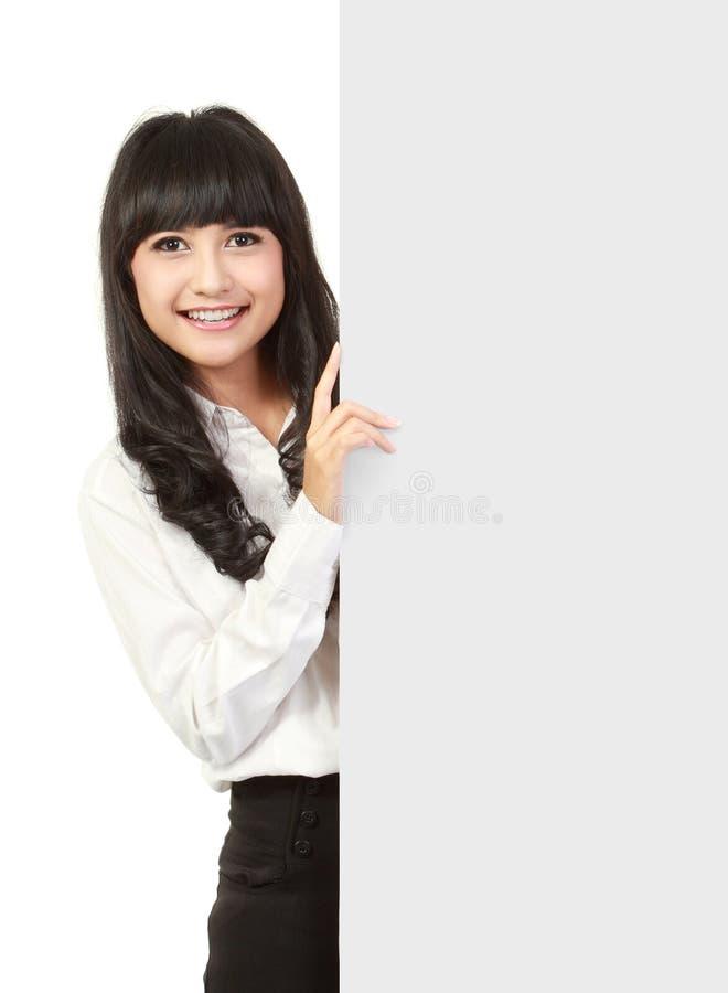 Mulher de negócios que prende uma placa da apresentação em branco fotos de stock