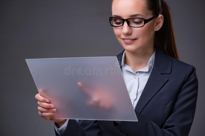 A mulher de negócios que pressiona botões na tabuleta imagens de stock