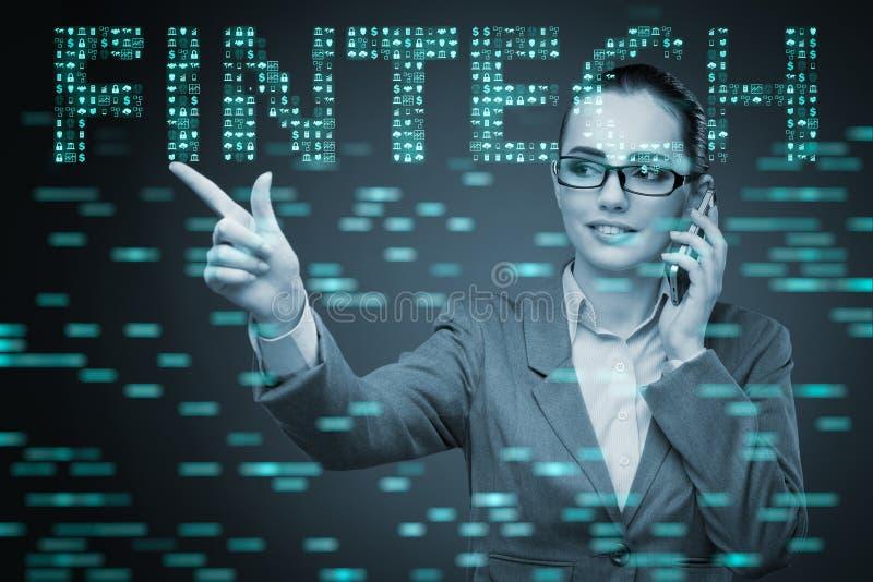 A mulher de negócios que pressiona botões no conceito do fintech fotos de stock