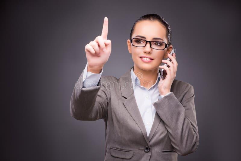 A mulher de negócios que pressiona botões virtuais no conceito do negócio fotografia de stock
