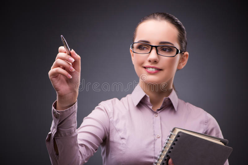 A mulher de negócios que pressiona botões virtuais no conceito do negócio imagem de stock