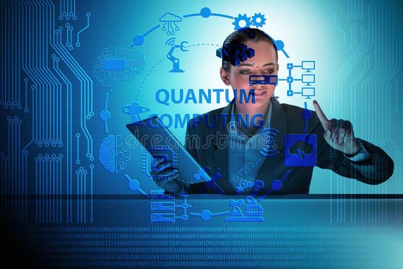 A mulher de negócios que pressiona o botão virtual no conceito da computação de quantum imagens de stock