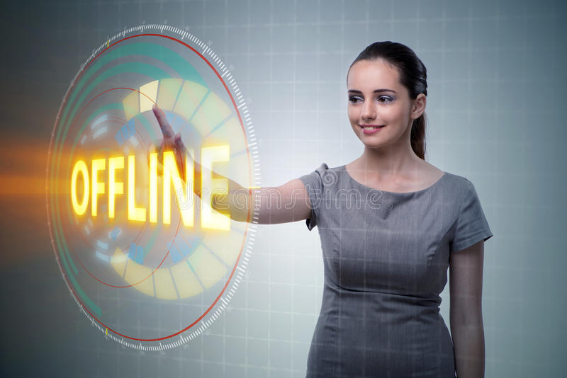 A mulher de negócios que pressiona o botão virtual off line imagem de stock