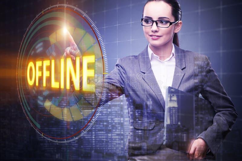 A mulher de negócios que pressiona o botão virtual off line ilustração royalty free