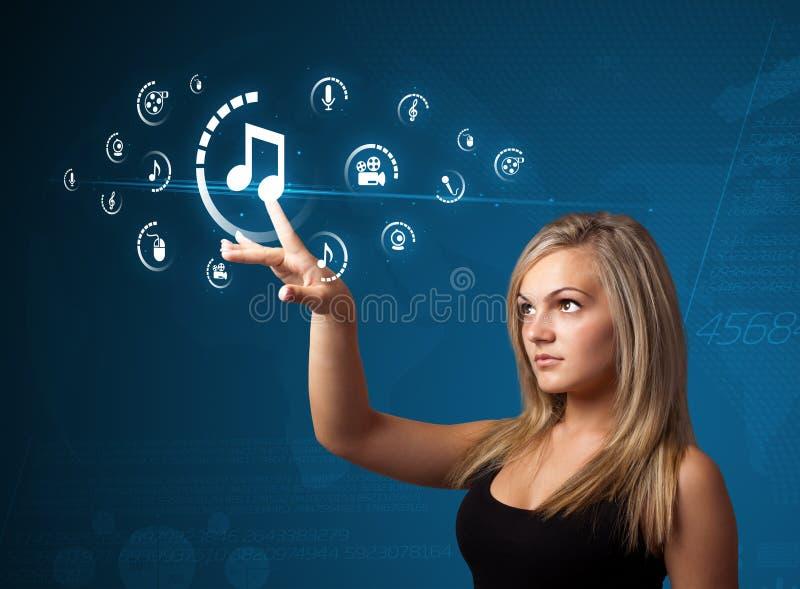Mulher de negócios que pressiona o tipo de meios virtual de botões imagem de stock royalty free