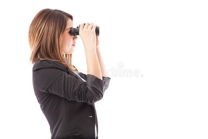 Mulher de negócios que procura por algo novo fotos de stock royalty free