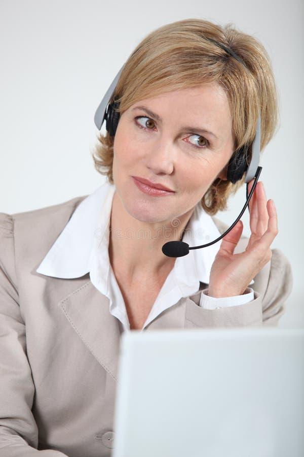 Mulher de negócios que responde ao telefone fotos de stock royalty free