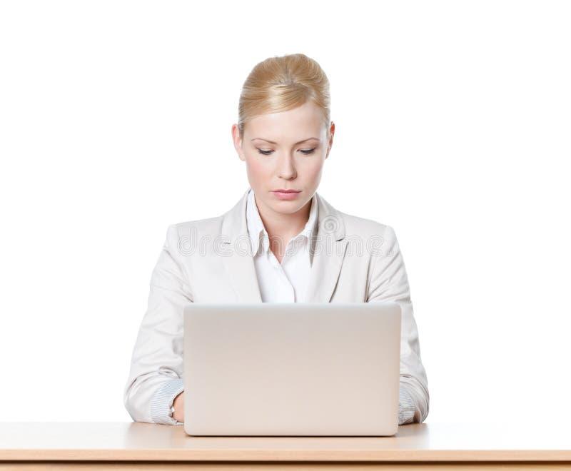 Mulher de negócios que senta-se com portátil imagens de stock royalty free