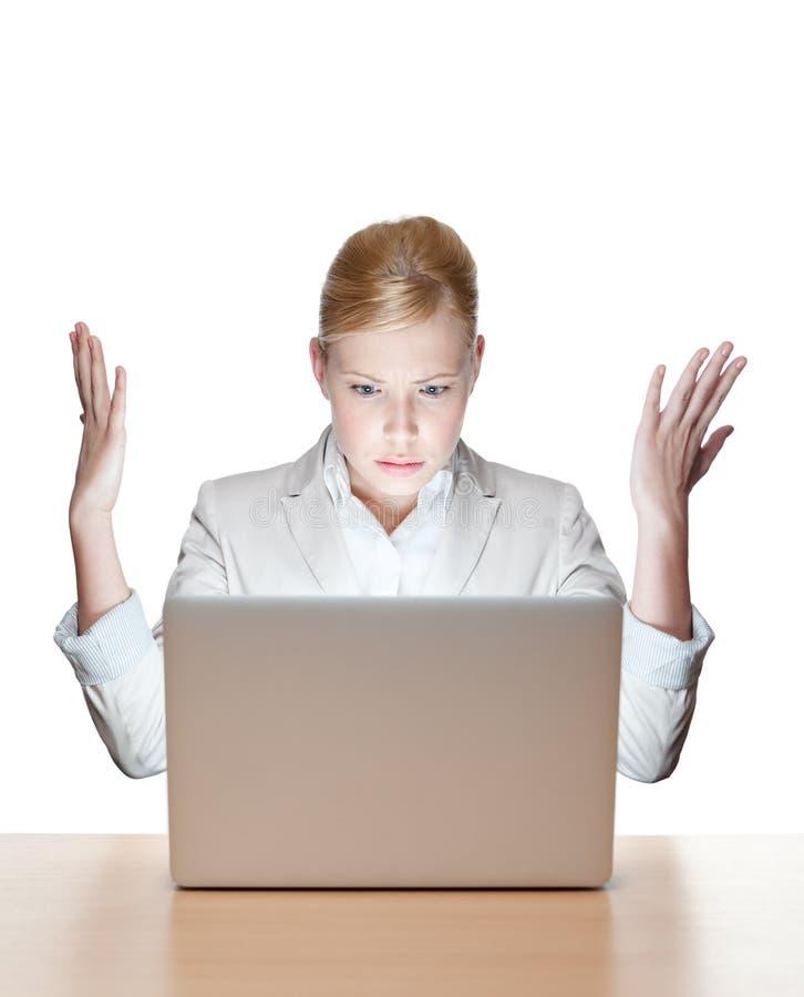 Mulher de negócios que senta-se em uma tabela com portátil fotografia de stock