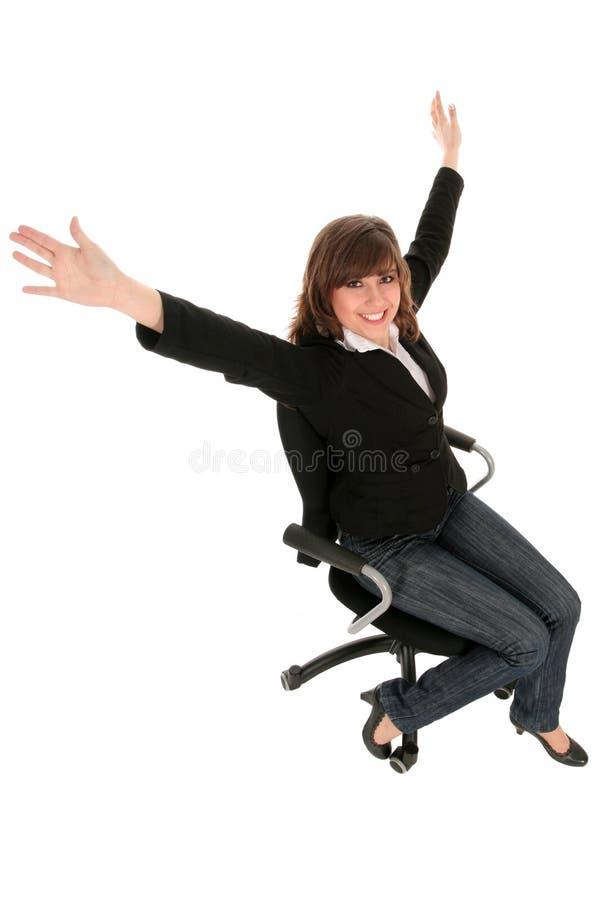 Mulher de negócios que senta-se na cadeira do escritório fotografia de stock