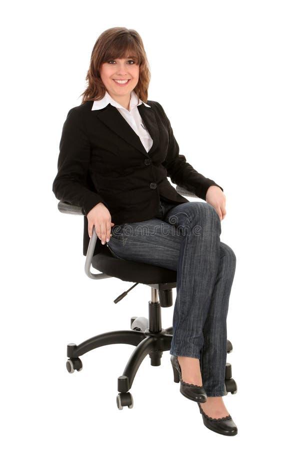 Mulher de negócios que senta-se na cadeira do escritório imagens de stock