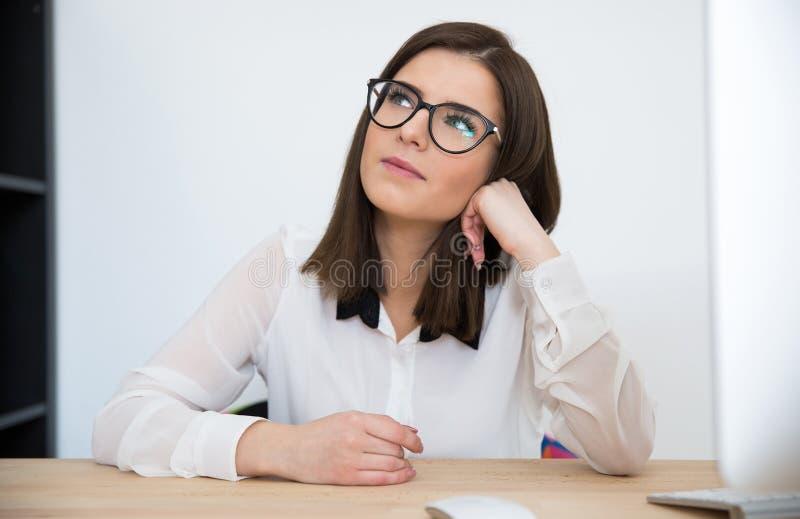 Mulher de negócios que senta-se na tabela fotografia de stock royalty free