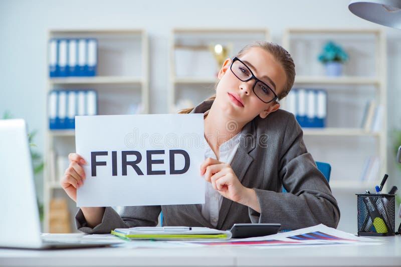A mulher de negócios que senta-se no escritório com mensagem foto de stock royalty free