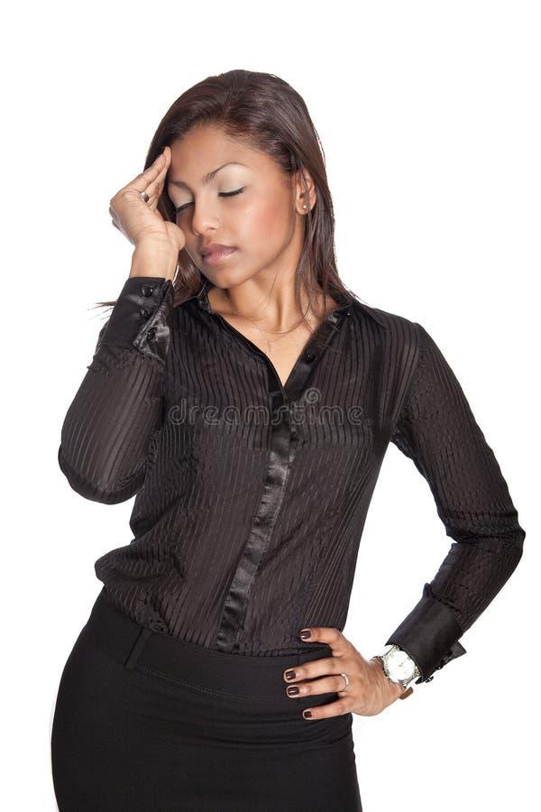 Mulher de negócios que sofre de dor de cabeça relacionada do trabalho foto de stock royalty free