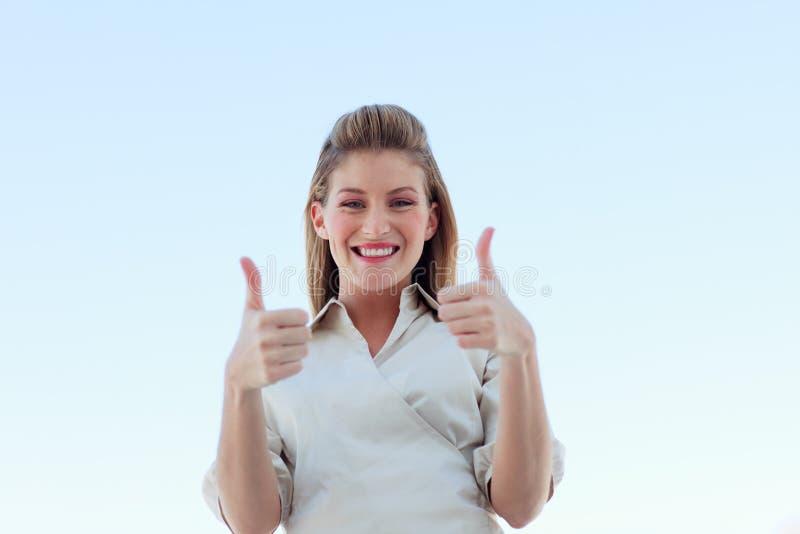 Download Mulher De Negócios Que Sorri Na Câmera Com Polegares Acima Foto de Stock - Imagem de mão, atrativo: 10067076