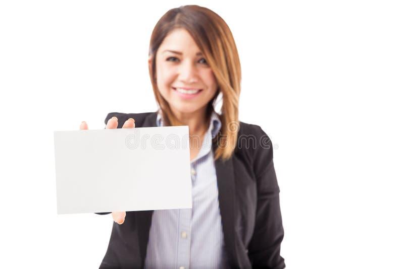 Mulher de negócios que sustenta um sinal foto de stock