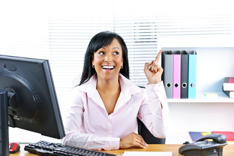 Mulher de negócios que tem a idéia na mesa foto de stock
