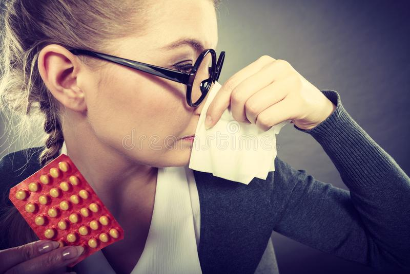 Mulher de negócios que tem o grippe da gripe fotos de stock