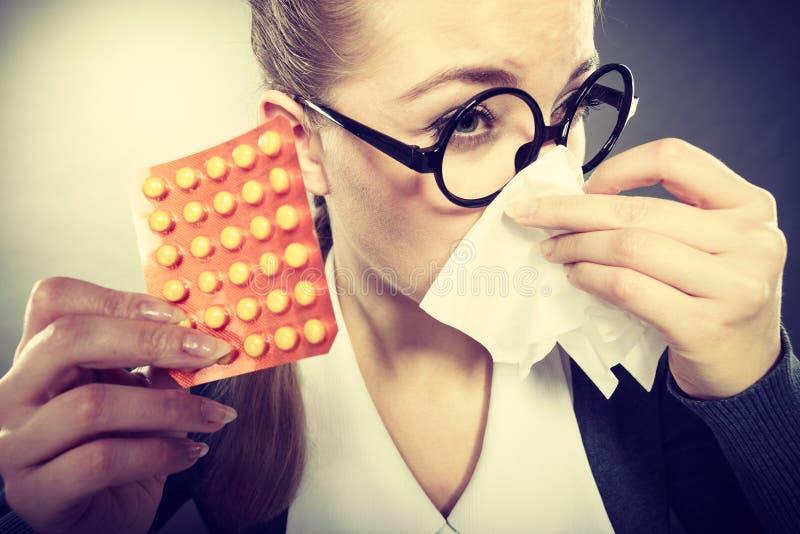 Mulher de negócios que tem o grippe da gripe fotografia de stock