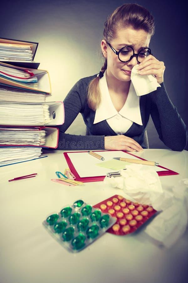 Mulher de negócios que tem o grippe da gripe foto de stock