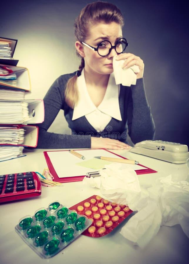 Mulher de negócios que tem o grippe da gripe imagem de stock royalty free