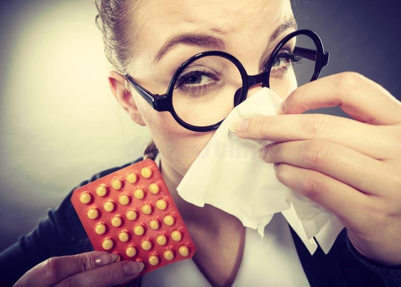 Mulher de negócios que tem o grippe da gripe fotos de stock royalty free